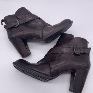Born brown leather heeled boots w/buckle